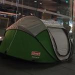 Желающие первыми купить новые iPhone, ставят палатки
