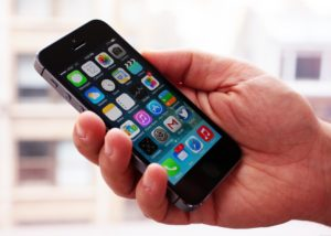 iPhone 5 в руке