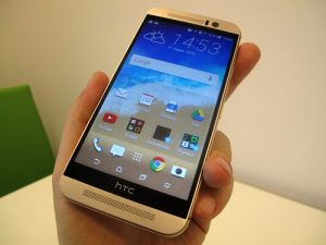 htc one M9 в руке