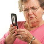 пожилая женщина с мобильным телефоном