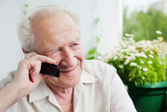 пожилой мужчина разговаривает по мобильному телефону